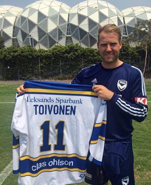 Ola Toivonen utanför hemmaarenan Aami Park i Melbourne med den Leksandströja han fått signerad och skickad till sig. LIF är favoritlaget sedan barnsben för den 33-årige värmlänningen.