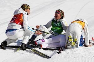 Överlyckliga lagkamrater välkomnade Charlotte Kalla i målfållan.  Bild: AP Photo/Matthias Schrader