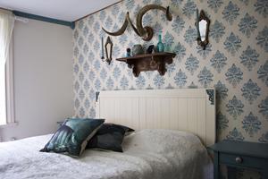 Sovrumsmöblerna är gamla Ikea-möbler som Erika målat och satt på beslag. Och bockhornet kommer från en loppis i Årsunda.