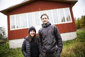 Thilda Persson och Viktor Stuguby i Thorsgård, Stugun, renoverar ett gammalt timmerhus vid Britasloken i Indalsälven.