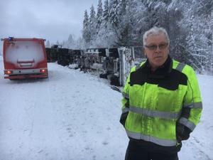 Sven-Arne Sundin välte med sin fullastade timmerbil efter väg 335, en och en halv mil norr om Gålsjö bruk.