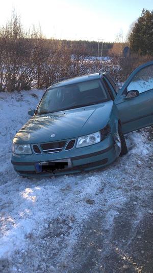 Bilen prejades ner i diket. Foto: Polisen.