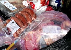 All mat i kyldiskarna ligger förpackad i plast. Var hamnar dessa förpackningar sedan? undrar insändaren.