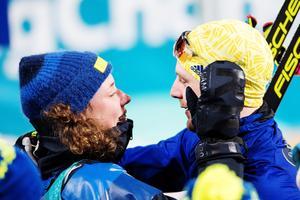 Hanna Öberg  stod för en sensation när hon vann guld i skidskytte-distansen. Efteråt var det gråtfest, när lagkamrat efter lagkamrat, förbundskaptenen Wolfgang Pichler, mamman och pappan och pojkvännen Jesper Nelin (på bilden) grät med Hanna. Foto: Carl Sandin (Bildbyrån).