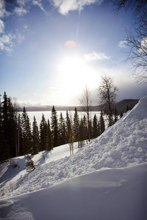 Snösäkra Stora Blåsjön lockar skidåkare från Stockholm.