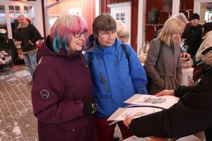 Monica Lehn-Domnick (till vänster) och vännen Ingela Mogren (till höger) fascinerades av  hantverken som ställdes ut.