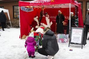 Tomten Julius välkomnade barnen till julmarknaden.