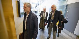 Stora Enso skog AB:s styrelseordförande Ulrik Johansson, till höger, på väg in i tingsrättssalen.