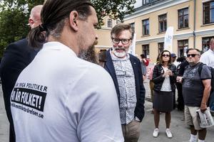 Christer Mattsson, forskare vid Segerstedtinstitutet och expert på NMR, samtalar med en aktivist från Nordiska motståndsrörelsen under Almedalsveckan 2018. Foto: Magnus Hjalmarson Neideman / SvD / TT