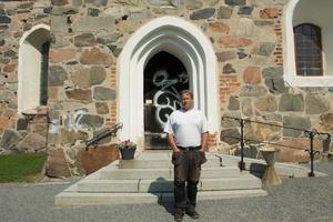 – Jag undrar vilka som kan göra det här, säger kyrkogårdsvaktmästare Niklas Bengtsson.