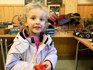 En fin tvål blev dagens fynd för Liw Hansson-Amrén, 3 år från Stugun, som besöker marknaden i Ammer tillsammans med mamma Helena Amrén.