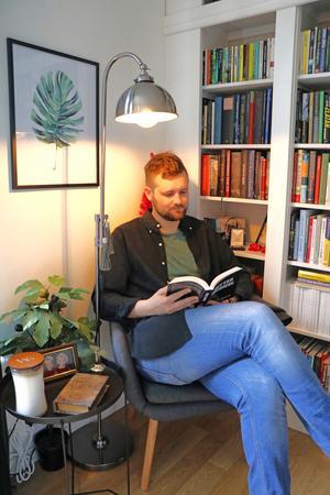 Böckerna hemma hos Vilhelm är inte bara något möblera med. Han läser dem också.