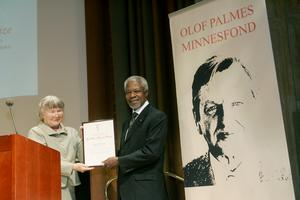 Lisbet Palme delar ut Olof Palmepriset till Koffi Annan. Foto: TT
