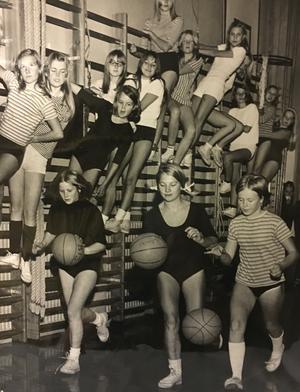 Bruksgårdens basketflickor 1968. Tre distriktsmästerskap hade flickorna i Surahammar erövrat när bilden togs. Här har träningen satt i gång för nästa omgång.