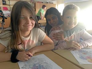 Maja Mijatovic, Nada al Shammari och Severina Gaardsdal passar på att rita under tiden.