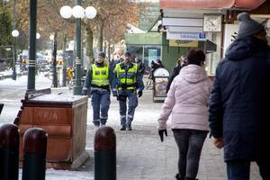 Ordningsvakterna Kristina Holgersson och Conny Thörnell upplever att det är lite bråkigare än vanligt i centrum just nu.