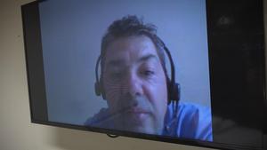 Läkaren i Bolivia, Rafael Moreno-Roda, här med via videolänk till akutrummet på Hammarstrands hälsocentral.