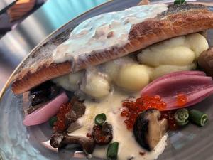 Smörstekt röding, svamp, forellrom, potatispuré. Bild: Krogkollen
