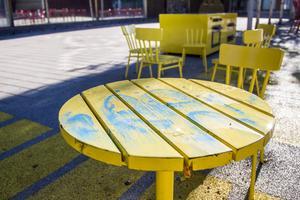 Gatuenheten får ofta sanera klotter på torgets stolar och bord.