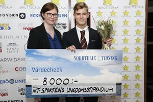 Gustav Harning fick ta emot NT-Sportens ungdomsstipendium och här visar han upp vinstchecken tillsammans med sportreporter Jessica Eriksson.