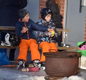 Barn fanns på plats på Sportfältet. Korpen hoppas att isen finns kvar till sportlovet i vecka 9.