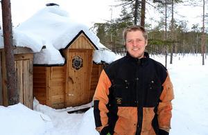För ett år sedan tog Bengt Nordström och Wild Medelpad emot de första betalande besökarna i gömslet strax väster om Östavall.