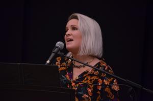 Sara Karlsson bjöd Drömmepubliken på många vackra sånger. Foto: Bertil Westin