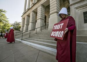 Aborträtten är under attack runt om i världen, inte minst i USA. Den här protesten - med demonstranter klädda som kvinnorna i