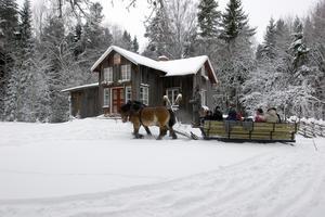 2005 var en snörikare jul än 2019 när slädarna bytts ut mot kärror. Bilden är från premiäråret för Tomtens stuga.