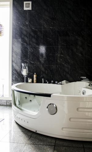 Badrummet på entréplanet har en lyxig känsla.
