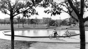 4 september 1981. Fritidsparken har funnits sedan 1970-talet. Men i de ursprungliga byggnadsplanerna syns inget spår av poolen i parken, och vi har haft väldigt svårt att ta reda på när den kom till.