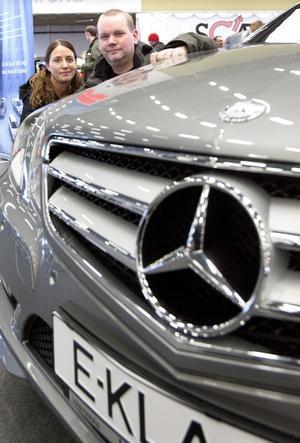 Kör i jobbet. Birgitta och Martin Björk intresserade sig för en Mercedes som ett möjligt nytillskott till Martins taxirörelse.foto: ulf axelson