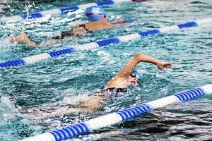 Theodor Hellgren har spenderat många timmar i och vid bassängkanten i Fagerstahallen. På bilden Emelie Hellgren, simmare i Fagersta simklubb, fotograferad under ett träningspass.
