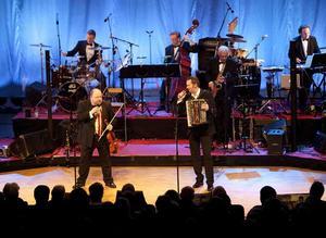 Underhållande. Kalle Moraeus, Bengan Jansson - och Orsa Spelmän förstärkta med Hector Bingert, med flera, med flera i en välmatad julshow i Konserthuset.