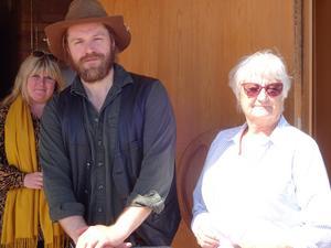 Andreas Nilsson tillsammans med arrangörerna Susanne Kallin Svenska kyrkan och Nina Moberg PRO Kultur hade tur med vädret då kvicksilvret nuddade 20 grader.