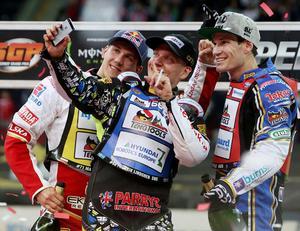 Fredrik Lindgren tog en selfie med Maciej Janowski och Jason Doyle på GP-pallen i Warszawa i maj i fjol. Arkivfoto: Czarek Sokolowski/TT