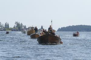 15 träbåtar deltog i färden in till hamnen.