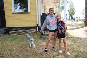 Hunden Hayley, och vännerna Eden, 15 år och Elin, 9 år som ska vara med i revyn under kvällen.