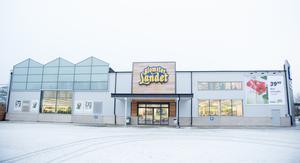 En tidig morgon på Blomsterlandets parkering är det ännu tomt innan butiken öppnar.