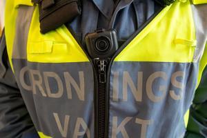 Ordningsvakterna i Söderhamn har en kamera på bröstet , som de slår igång när de gör ett ingripande.