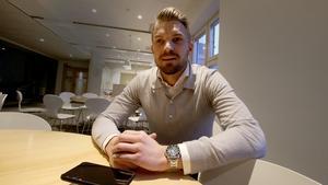 Erik Björndahl är klar för ÖSK i en bytesaffär som tar Johan Bertilsson till Degerfors. Björndahl kom upp till NA:s redaktion och var med i direktsändningen när beskedet blev officiellt.
