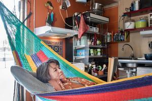 Att vila i hängmattan i köket med dubbeldörrarna öppna är sann njutning, tycker Margareta Sjöberg.