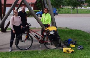 Ultrasportaren Kristina Paltén, nu på cykelresa mot Piteå, samtalade en stund med Maja Torrång och Urban Larsson när hon stannade för lunch på Svågagården.