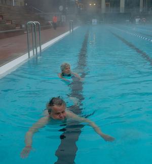 Margareta Jonsson simmar en gång i veckan och är riktig glad över att utomhusbassängen är öppen.