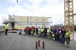Byggnadsarbetare i Stockholm håller tyst minut för att hedra de kollegor som omkommit i arbetsplatsolyckor. Foto Bertil Enevåg Ericson /TT