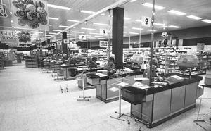 Vid kassorna på Domus 1971. Foto: VLT:s arkiv