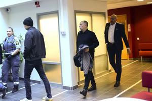 Jansson på väg in i rättssalen efter lunchuppehållet.