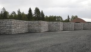 Containerrampen ger en illusion av en nogsamt byggd medeltida befästningsmur.