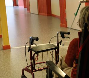 Fler bostäder måste anpassas för rullatorer och rullstolar, så att äldre i möjligaste mån inte hamnar i ofrivillig isolering utan social gemenskap.