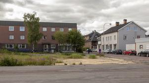 För fyra år sedan var den tragiska branden då huset i korsningen Berggatan-Härjedalsgatan brann ned. Ingenting har hänt med tomten - än.